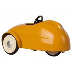 Souris Maileg dans sa voiture jaune